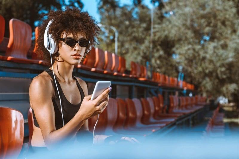 mulher no celular apos treino