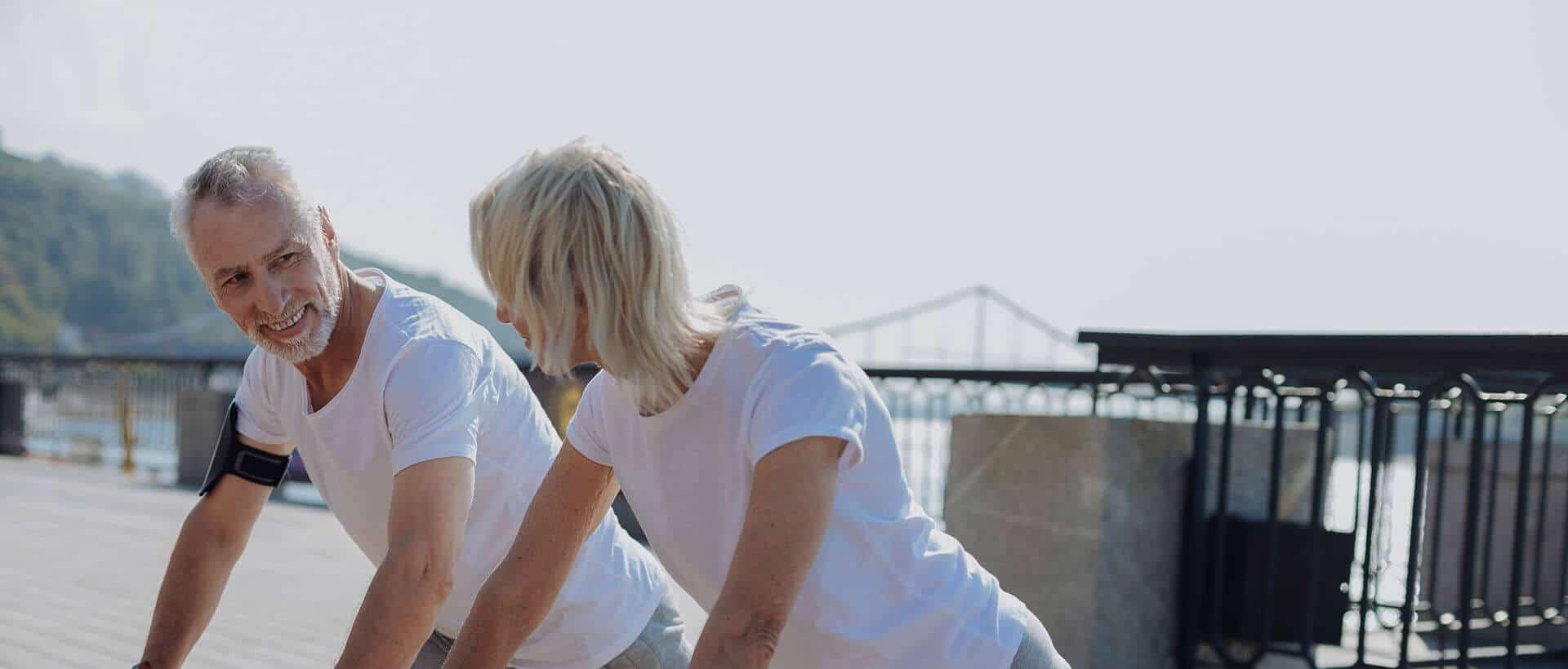 Casal de idoso praticando atividade física
