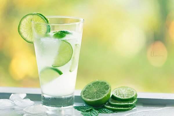 Água morna com limão em jejum emagrece.