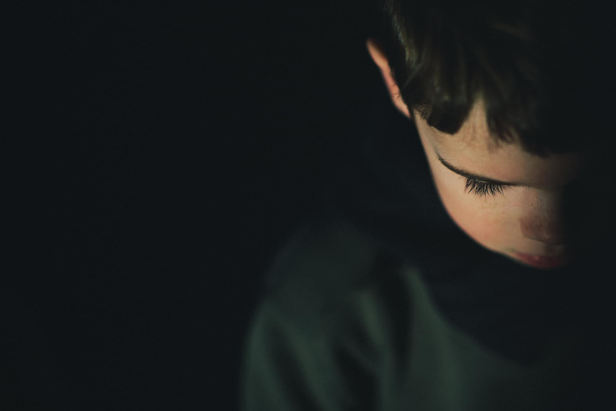 crianca no escuro