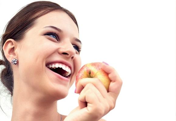 mulher comendo uma maca