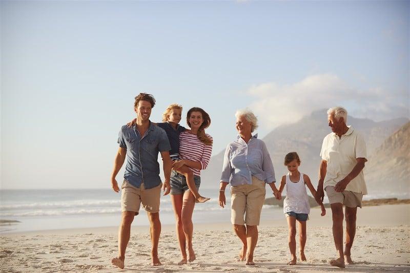 geracao-pais-avos-filhos-netos-praia-brincar-verao