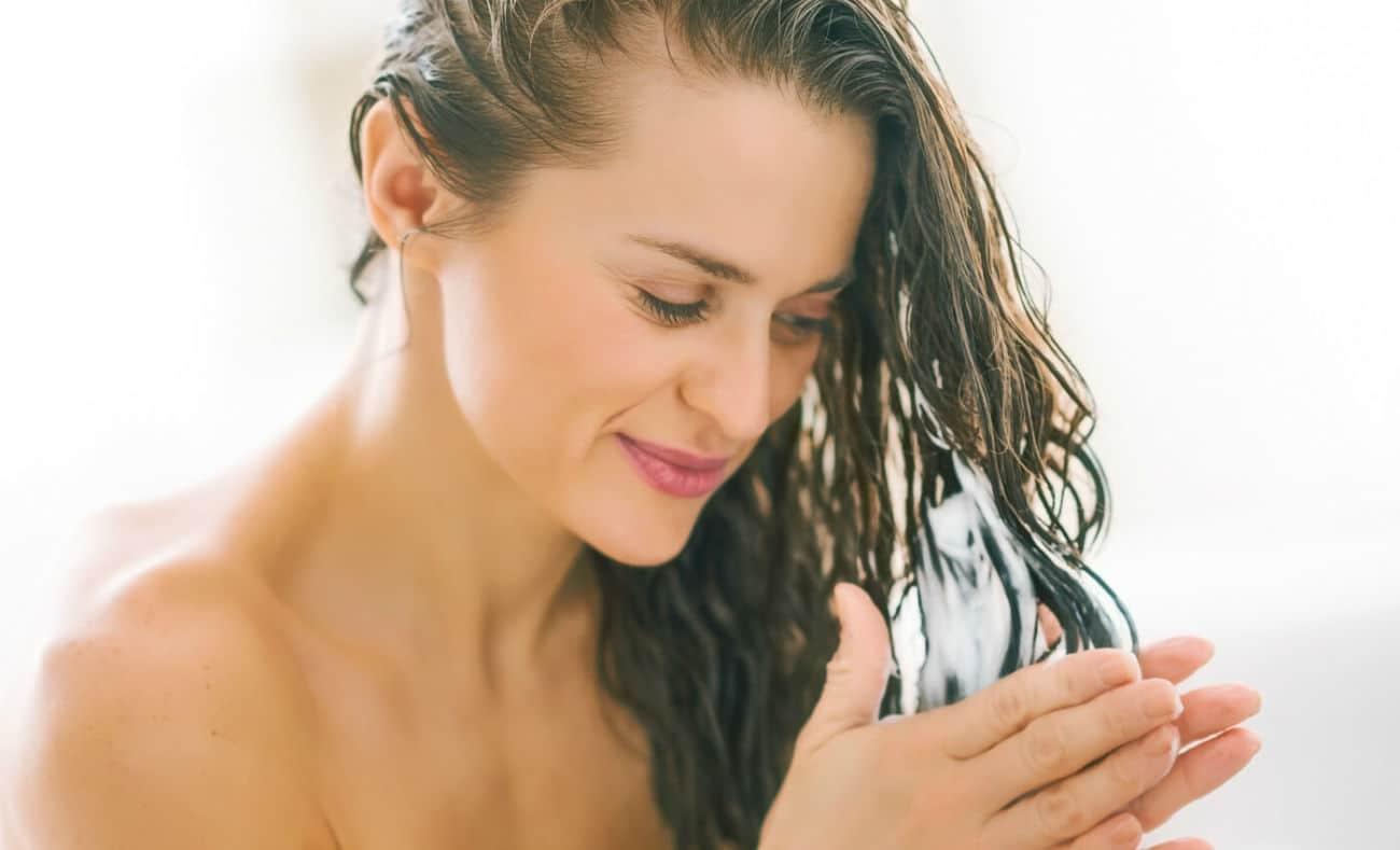 mulher hidratando cabelo