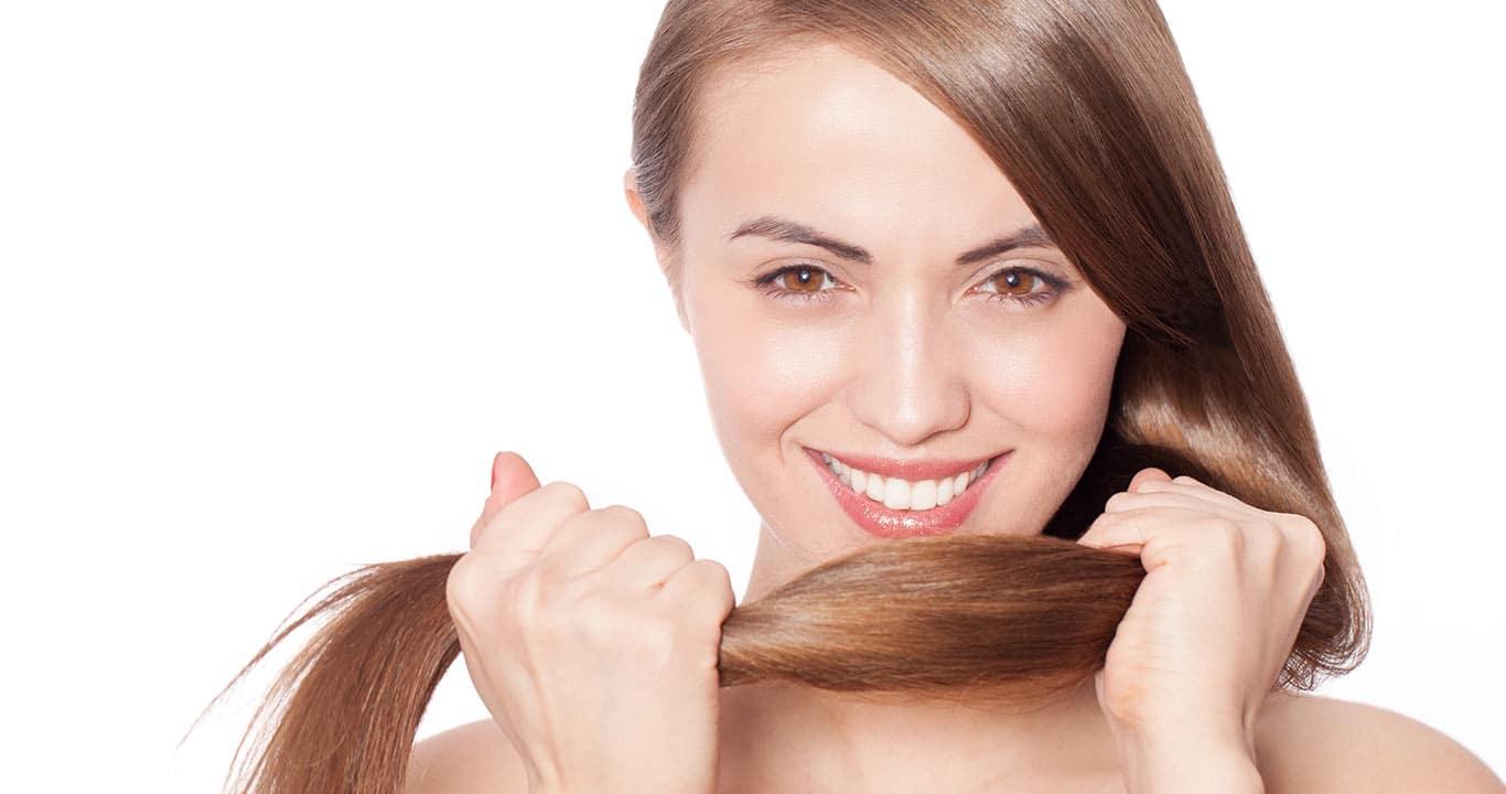 mulher com cabelos fortes