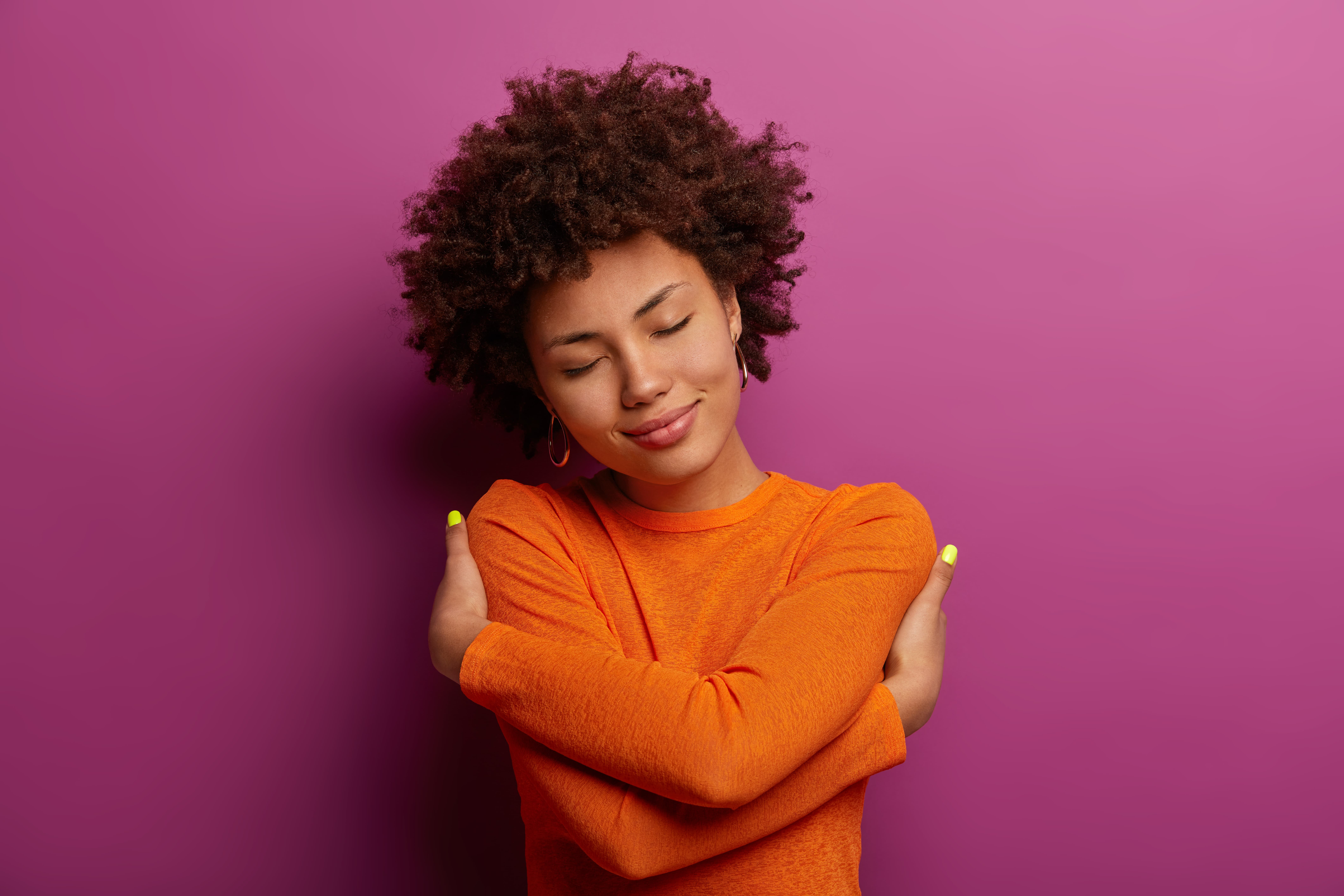 Mulher se abraçando demonstrando auto estima