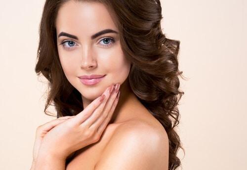 mulher mostrando a pele unhas e cabelos