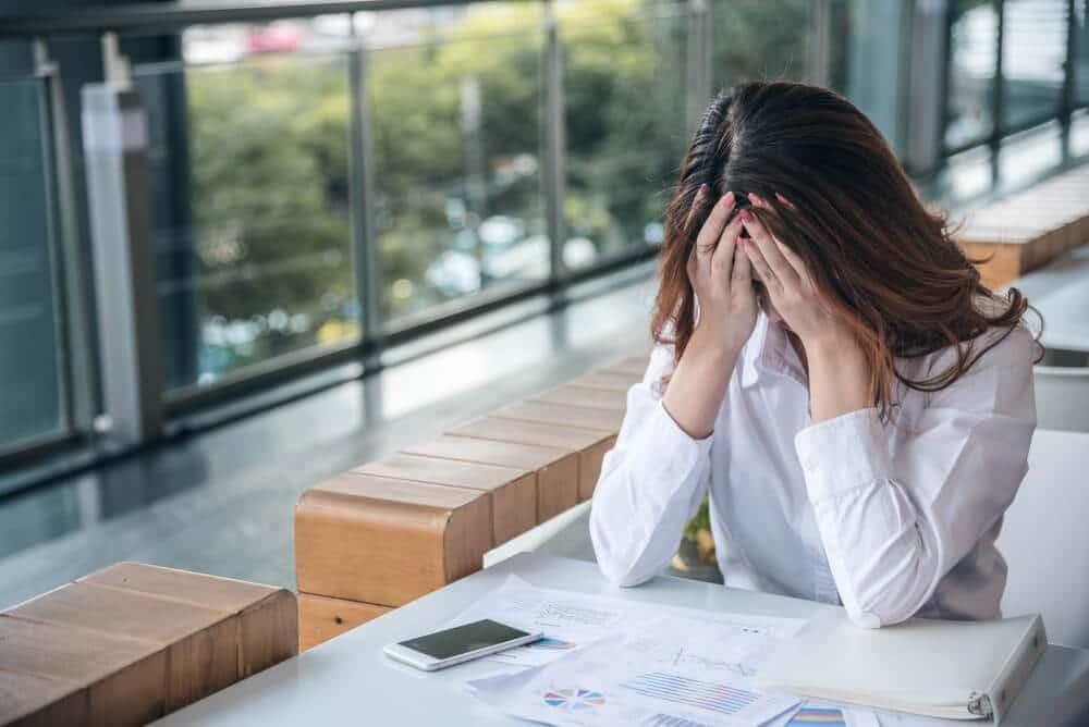 mulher sentada com ansiedade