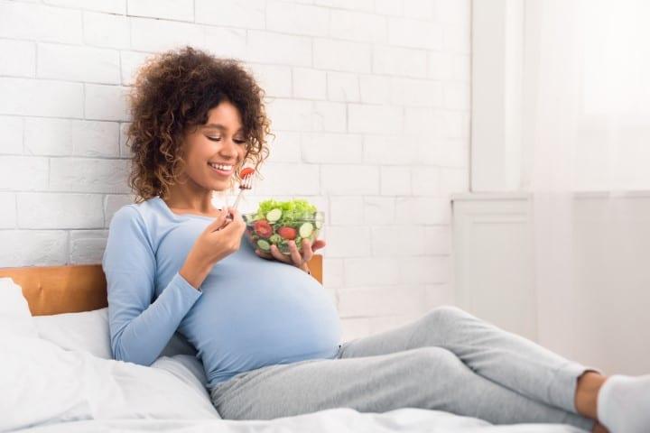 Gestante comendo fruta. Alimentos com ômega 3 para grávidas e lactantes